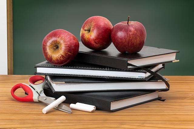 jablka na knihách