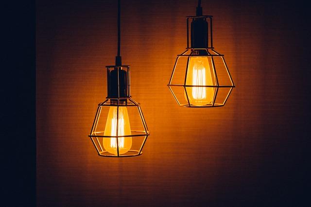 dvě staré lampy