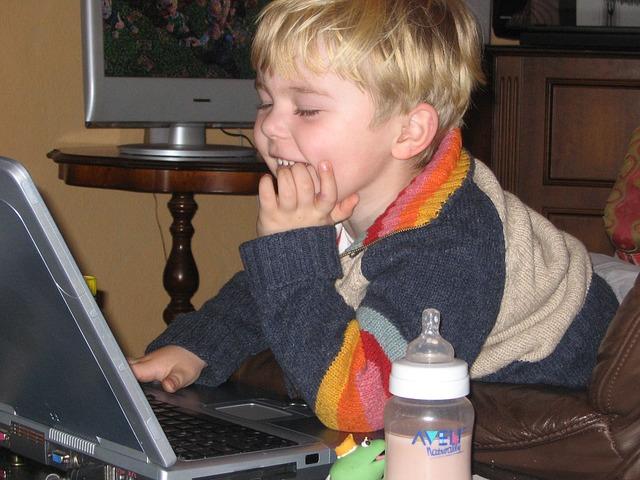 chlapec na notebooku